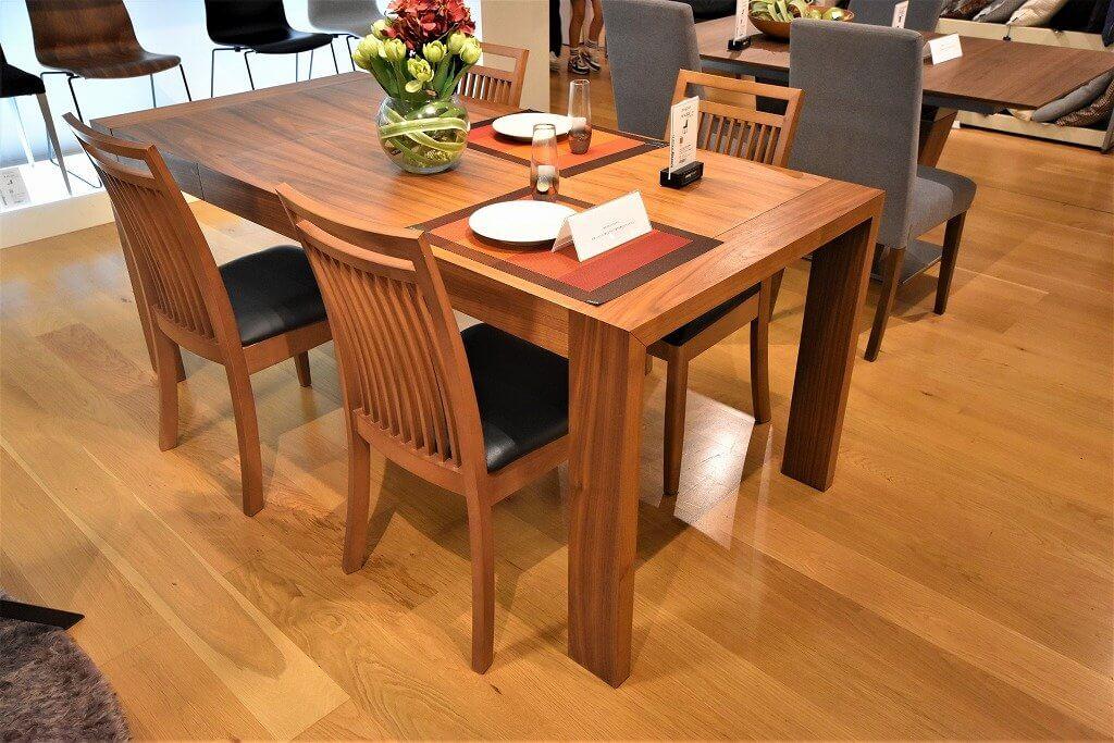 伸縮可能なダイニングテーブルです。ウォールナット材とブラックオーク対応です。