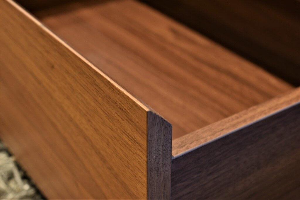 Walnutの引出はソフトクローズで静かに閉ります。突板を使用していて風合いも抜群です。