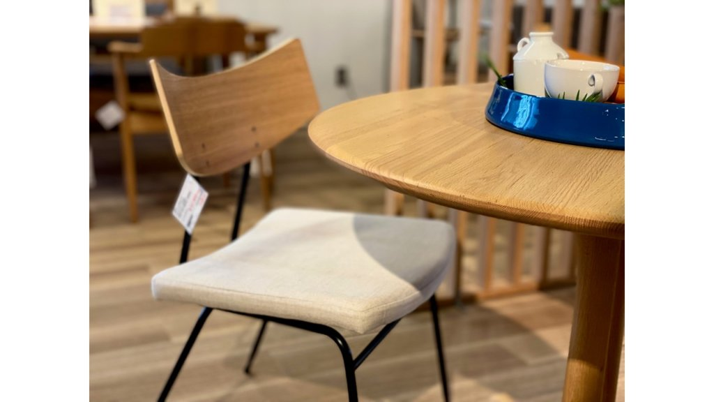 円形の食卓には角がなく、やわらかな印象です。 やさしい雰囲気を作りやすく、リラックスしたい空間にぴったりです。 また、インテリアとナチュラルなテイスト、フェミニンでキュートな空間にマッチしたフォルム。