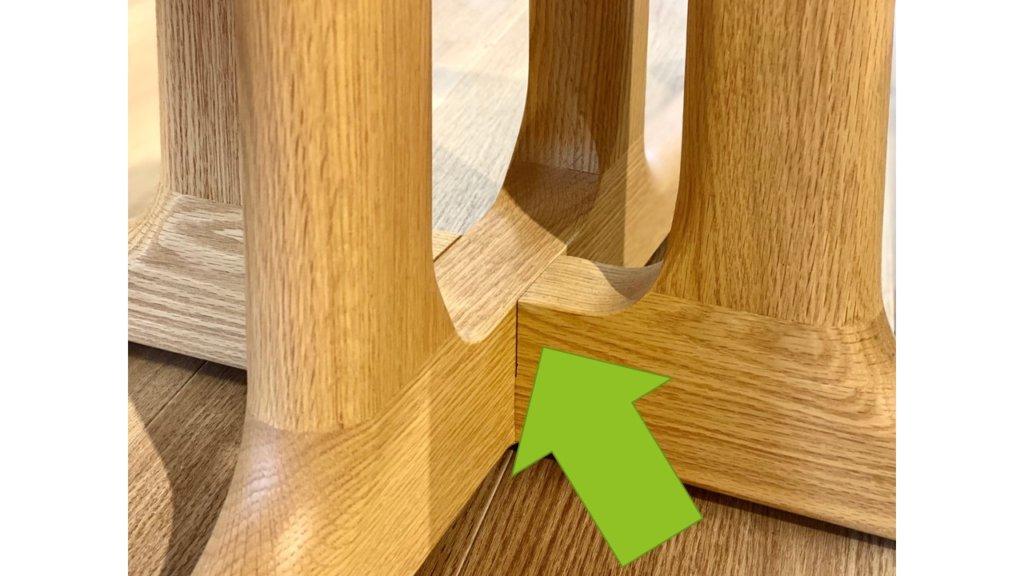 無垢材の大きなメリットと特徴のひとつは、「高強度」「美しい木目」「老化による味わいを楽しむ」「高い安全性」です。 さらに、無垢材はその魅力的な質感だけでなく、その健康上の利点でも認められています。 そのため、エコロジーの観点から価値観が変化したり、良いものを長く使いたいという気持ちがあり、無垢材の家具は年々インテリアの世界で存在感を増しています。