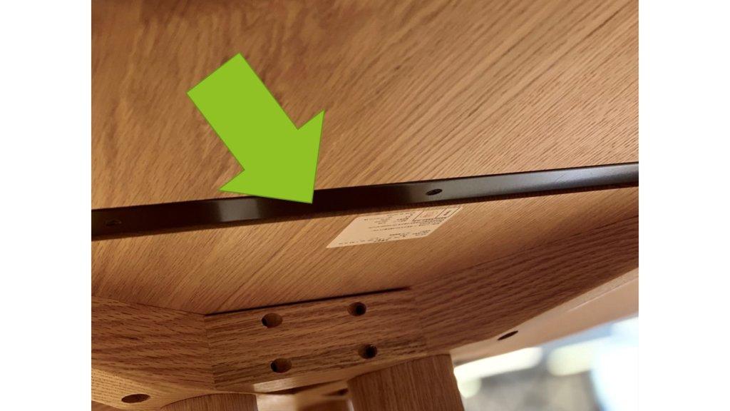 ダイニングテーブルの裏側を見ると、無垢材で作られたタイプのほとんどは、トッププレートを安定させるためにいくつかの反カールがあります。 アンチカールには、木製と金属の2種類があります。 木製品の場合は、強度を上げるために、板の粒と垂直に交差するように、厚さ約5〜6cmの木片を取り付けます。