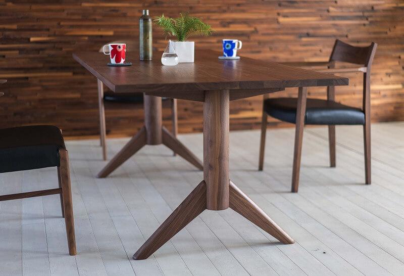 グレーの床にウォールナット材のダイニングテーブルをコーディネート