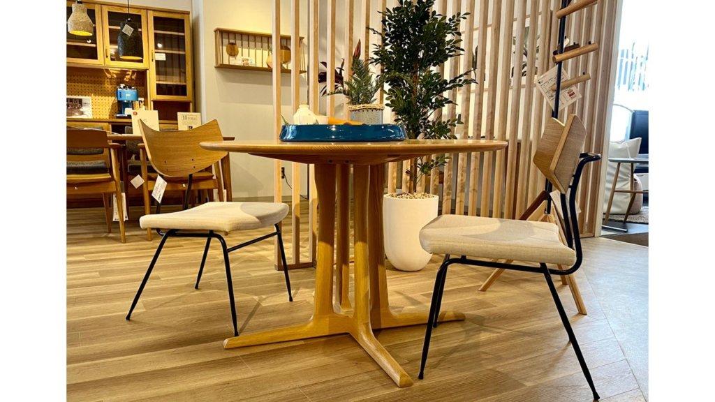 円形のダイニングテーブルは、席に座りやすいのも特徴です。サイズの小さい角型テーブルだと、左右に壁や椅子があって座りにくいことも。円形のテーブルなら席が隣にないので左右の空間に余裕があり、テーブルサイズが多少小さくても座りやすくなります。スペースが限られる空間でも使いやすい形状と言えるでしょう。